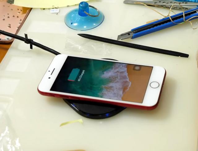 Čovek je izmenio metalno kućište i dodao bežično punjenje iPhone-u! (VIDEO)