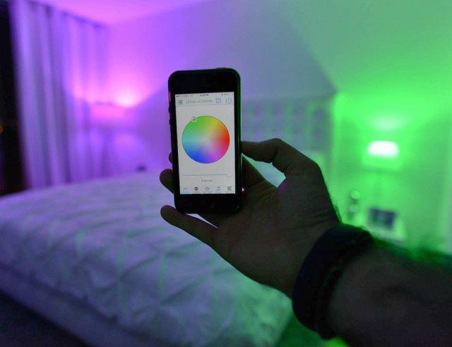 Evo kako da uključite svetlo, promenite intezitet ili boju osvetljenja putem telefona!