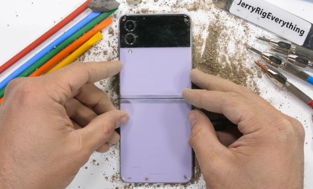 Evo koliko je izdržljiv preklopivi Samsung Galaxy Z Flip 3! (VIDEO)
