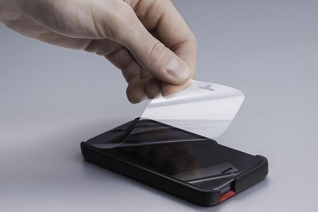 Kako pravilno zalepiti foliju na ekran telefona? (VIDEO)