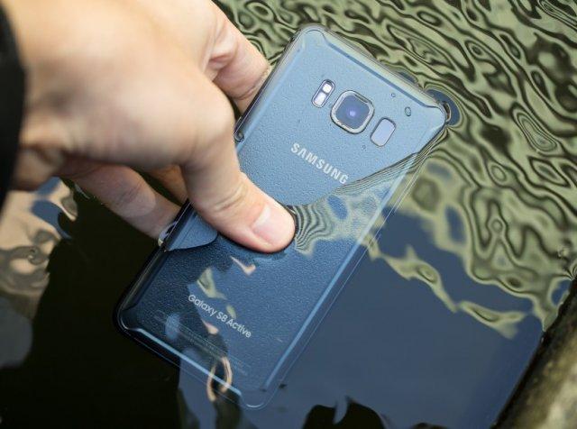Ne potapajte vaš telefon u vodu, iako je on otporan na to! Evo zašto...