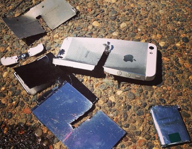 Ovaj čovek je napravio baš popularan YouTube kanal uništavajući skupocene telefone! (VIDEO)