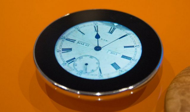 Ovo je perfektno okrugli telefon! Ne, sačekajte, ovo je pametni džepni sat!